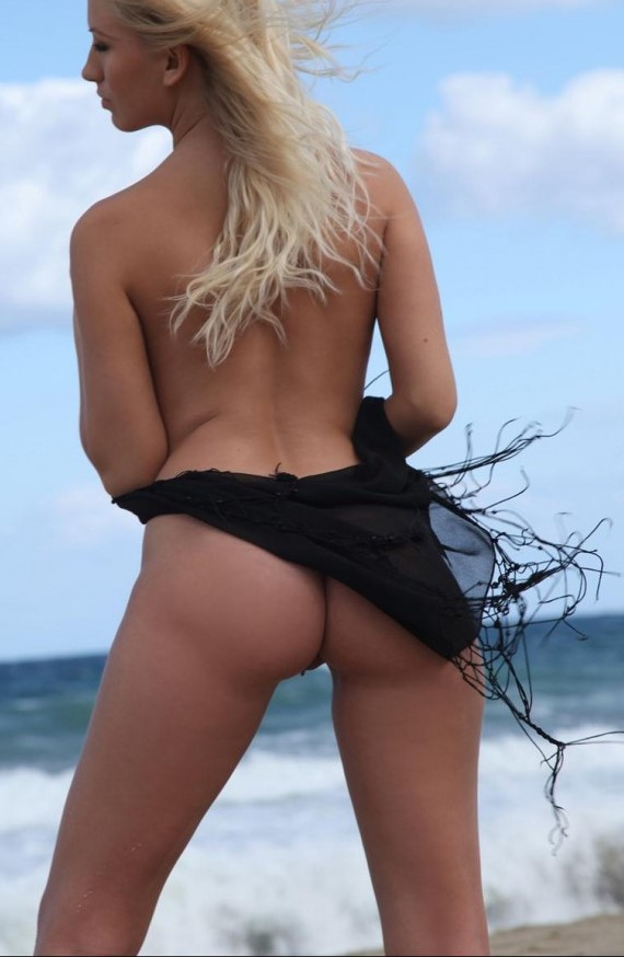blonde-nude-on-the-beach-11-682x1024